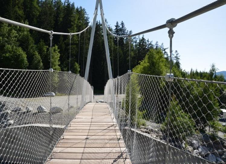 The cycle-pedestrian walkway over the De La Creusce creek - Front View
