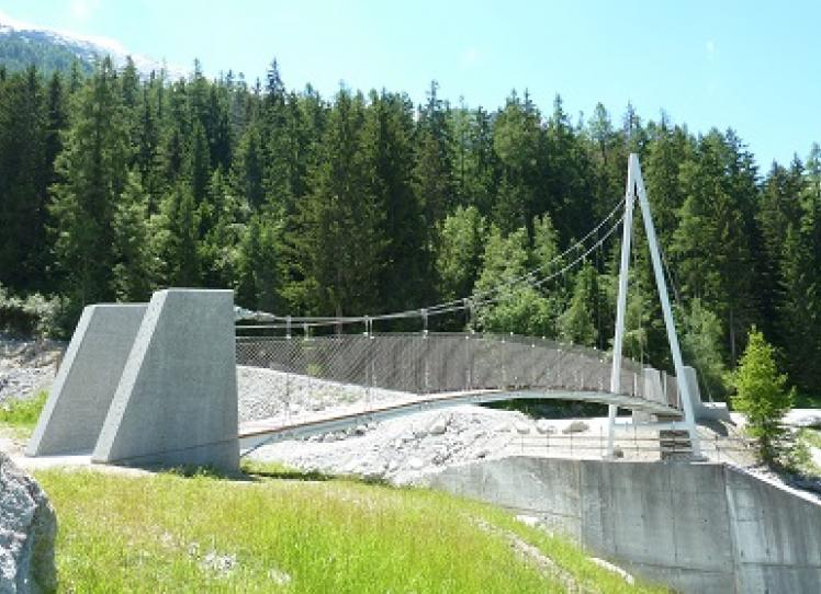 Passerella pedonale sponde torrente De La Creusce