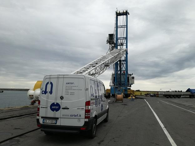 Mobile crane ready for the replacement of ropes