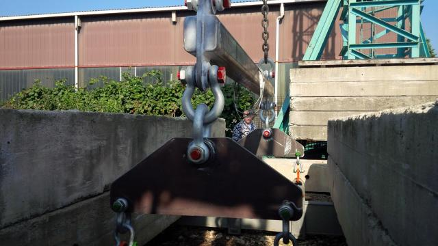 Lifting beam with triplate, connection by G 2130 shackles